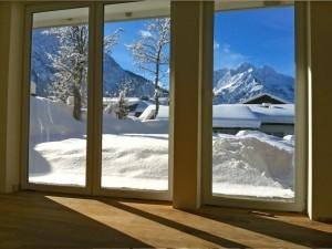 Ferienwohnung Talgrün Schlafzimmer mit winterlichem Bergblick